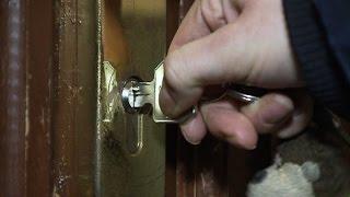 Zylinder der aufgesperrt wird mit Schlüssel.